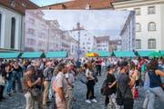 Auf einer grossen Leinwand prangt der Wiler Hofplatz über der Szenerie auf dem Gallusplatz.