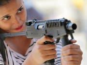 Eine indische Studentin mit einer Schweizer Maschinenpistole: Der Bundesrat will den Export von Waffen erleichtern. (Bild: KEYSTONE/EPA/PIYAL ADHIKARY)