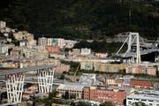 Die Pfeiler Nummer 9 und 10 der Morandi-Brücke weisten bereits länger erhebliche Mängel auf. Ersterer ist vergangenen Dienstag eingestürzt und hat dabei 43 Todesopfer gefordert. (Bild: Gregorio Borgia/AP; 17. August 2018)