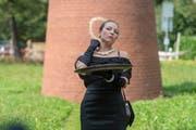 Martina Morger nutzt Bratwurst als Halsschmuck.