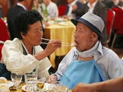 Rührendes Familientreffen: Der 100-jährige Ahn Jong-ho wird von seiner 70-jährigen Tochter Ahn Jung-soon gefüttert. (Bild: KEYSTONE/EPA YNA/YONHAP / POOL)