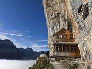 Opfer des eigenen Erfolgs: Das Berggasthaus Äscher-Wildkirchli in der Felswand unterhalb der Ebenalp bei Weissbad im Kanton Appenzell Innerrhoden wird von Gästen überrannt. (Bild: ARCHIV KEYSTONE/MARTIN RUETSCHI)