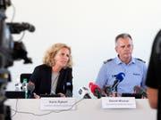 An einer Medienkoferenz der Stadtpolizei Zürich informieren Karin Rykart, Vorsteherin Sicherheitsdepartement, und Daniel Blumer, Kommandant Stadtpolizei Zürich, am Montag über die Ausschreitungen vom Samstag in Zürich. (Bild: KEYSTONE/MELANIE DUCHENE)