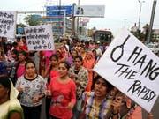 Hängt die Vergewaltiger: Das Gericht folgte diesem Wunsch eines Protestmarschs vom 1. Juli in Mandsaur. (Bild: KEYSTONE/EPA/SANJEEV GUPTA)