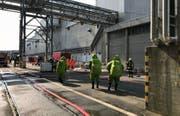 Einsatzkräfte in Schutzanzügen bei der Papierfabrik Perlen. (Bild: Luzerner Polizei, 21. August 2018)