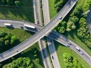 Fast alle zahlen zu viel (Autobahn auf drei Etagen im Kanton Waadt/Symbolbild vom Mai 2018). (Bild: KEYSTONE/LAURENT GILLIERON)