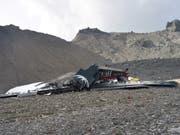 Die Ju-52 der Ju-Air stürzte 500 Meter südöstlich des Segnespasses bei Flims GR fast senkrecht zu Boden. (Bild: KEYSTONE/CANTONAL POLICE OF GRISONS)