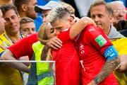 Lara Gut herzt Valon Behrami nach dem WM-Aus gegen Schweden - der Skistar soll aber auch im Mannschaftshotel der Nati omnipräsent gewesen sein. (Bild: Keystone)