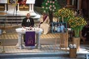 Pfarrer Heinz Brauchart (links) leitete die Trauerfeier zusammen mit Diakon Elmar Rotzer. (Bild: Dominik Wunderli (Ennetbürgen, 22. August 2018))