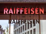 Die Raiffeisen-Gruppe hat im ersten Halbjahr trotz der Turbulenzen in der Führungsetage nur leicht weniger Reingewinn eingefahren als im Vorjahr. (Bild: KEYSTONE/GAETAN BALLY)