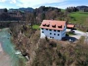 Die Liegenschaft auf dem Geländesporn über der Thur ist teil der ehemaligen Burganlage der Grafen von Toggenburg. (Bilder: Licht-Immobilien/Claudio Casagrande)