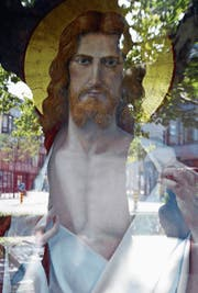 Welches Herz wird in der Brust des Heilands schlagen? Das sakrale «Herz Jesu» oder ein anatomisch-menschliches? Die animierte Bildinstallation von Konrad Reichmuth und Zeno Schneider regt zur Reflexion an.
