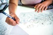 Vida Sprenger zeichnet alles mit einem schwarzen Stift. (Bild: Andrea Stalder)
