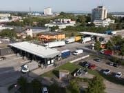 Mit Blick auf den Brexit interessieren sich die Briten für die Schweizer Zollabfertigung: Beim Grenzübergang Basel/Weil am Rhein (D), der grössten Autobahn-Zollstelle der Schweiz, werden täglich durchschnittlich rund 4000 Lastwagen abgefertigt. (Bild: KEYSTONE/GAETAN BALLY)