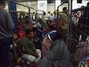 Flüchtlinge aus Venezuela warten am Donnerstag (Ortszeit) in Tulcan, Ecuador, auf Busse, die sie nach Peru bringen sollen. (Bild: Keystone/EPA EFE/CARLOS JIMENEZ)