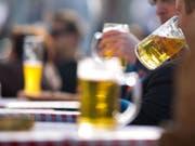 Gesundheitsrisiken bestehen schon beim Genuss von geringen Mengen Alkohol, sagt eine Studie. (Bild: Keystone/DPA/FRANK RUMPENHORST)