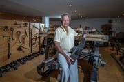 Martin Erni (82) aus Weggis zeigt einen der besagten Radschuhe. Insgesamt besitzt er über 600 Stück. (Bild: Pius Amrein, 21. August 2018)