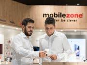 Vertreiben inskünftig auch wieder Salt-Abos an: die Läden von Mobilezone. (Bild: KEYSTONE/CHRISTIAN BEUTLER)