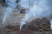 Begleitet von rauchenden Vulkanen wurde der Korb mit den Steinen der Schüler in der Baugrube versenkt.