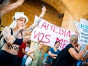 Anfang Juli streikten Journalistinnen und Journalisten von Tamedia in der Westschweiz. In Lausanne trugen sie ihre Anliegen auf die Strasse. (Bild: Keystone/VALENTIN FLAURAUD)