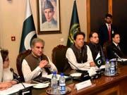 Der pakistanische Ministerpräsident Imran Khan (Mitte) hält eine Verbesserung der Beziehungen zu Indien für notwendig, um regionalen Frieden herzustellen und die Wirtschaft Pakistans zu beleben. (Bild: KEYSTONE/AP Press Information Department, of Pakistan)