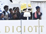 Flüchtlinge an Bord der «Diciotti» am Donnerstag im Hafen von Catania. (Bild: Keystone/EPA ANSA/ORIETTA SCARDINO)