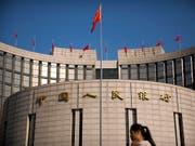 Zwar ist eher unwahrscheinlich, dass die Chinesische Volksbank (im Bild deren Hauptsitz in Peking) in ausländische Hände übergehen wird. Neu gibt es in China im Finanzsektor aber keine Beschränkungen für ausländische Investoren mehr. (Bild: KEYSTONE/AP/MARK SCHIEFELBEIN)