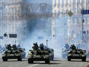Panzer an der Militärparade am Freitag in Kiew. (Bild: Keystone/AP/EFREM LUKATSKY)