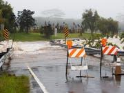 Starker Regen im Vorfeld von Hurrikan «Lane» hat einen Bach die Akolea Road nahe Hilo, Hawaii, überfluten lassen. (Bild: Keystone/EPA/BRUCE OMORI)