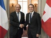Die Chancen für ein Rahmenabkommen zwischen der Schweiz und der EU stehen nach Ansicht des französischen Aussenministers Jean-Yves Le Drian weiterhin gut. Das sagte er nach einem Treffen mit Bundesrat Ignazio Cassis in Bern. (Bild: Keystone/PETER SCHNEIDER)