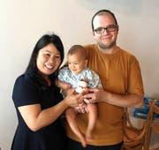 Das sind die Gastgeber der künftigen japanischen Beiz im Löwengraben: Benjamin und Yuko Egli-Iwasaki, hier zu sehen mit ihrem Sohn Akira. (Bild: PD)