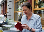 Die Autorin Margret Kreidl mit einem ihrer roten Notizbücher. (Bild: Brigitte Elsner-Heller)