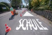 Nach Schulstart wurden bei der Strasse vor der Villa Krämerstein in Kastanienbaum neue Markierungen angebracht. (Bild: Pius Amrein, 23. August 2018)