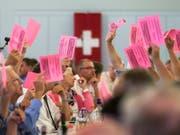 Einstimmig für die Selbstbestimmung: Die SVP-Delegierten haben am Samstag in Unterägeri ZG die Parolen zu den kommenden Abstimmungen gefasst. Im Zentrum stand ihre eigen Selbstbestimmungsinitiative. (Bild: KEYSTONE/ALEXANDRA WEY)