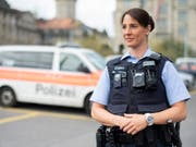 Polizistinnen und Polizisten in Zürich sollen künftig mit Körperkameras, sogenannten Bodycams, ausgerüstet werden. (Bild: Keystone/ENNIO LEANZA)