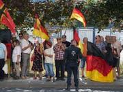 Am Rande einer rechtspopulistischen Demonstration Mitte August in Dresden hat die Polizei ein ZDF-Reporterteam vorübergehend an der Arbeit gehindert und festgehalten. (Bild: KEYSTONE/DPA ZB/SEBASTIAN KAHNERT)