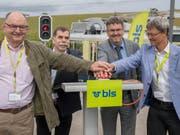 Sie stellten das Signal auf Grün (v.l.): Rudolf Stämpfli (BLS), René Maire (Gemeinde Mühleberg), Peter Füglistaler (Bundesamt für Verkehr), Christan Aebi (Kanton Bern). (Bild: KEYSTONE/MARCEL BIERI)