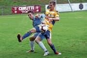 Der Zuger Ruben Burkard (links) lässt sich von FCL-Verteidiger Aranit Ajeti den Ball abjagen. (Bild: Werner Schelbert (Zug, 25. August 2018)