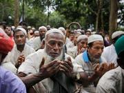 Rohingya-Flüchtlinge beim Gedenk-Gebet in einem Flüchtlingslager in Bangladesch. (Bild: KEYSTONE/AP/ALTAF QADRI)