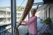 Sorgt mit ihren Vorhängen für erste Farbtupfer in der Siedlung: Teiggi-Bewohnerin Eva Roesch.