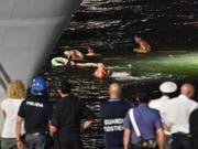 Aktivisten zeigen ihre Solidarität mit den Migranten und versuchen das Schiff zu erreichen. (Bild: KEYSTONE/EPA ANSA/ORIETTA SCARDINO)