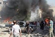 In Idlib ist es bereits im letzten Jahr zu einem Showdown zwischen Regierungstruppen und der Opposition gekommen. Im Bild versammeln sich Weisshelme und Zivilisten nach einem Luftangriff auf einem Markt. Bild: Syrische Weisshelme via AP (Idlib, 8. Oktober 2017)