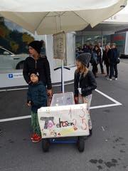 Hunger? Diese Kinder verkaufen Tote Hosen (Hot Dogs) vor dem Stadion. (Bild: Michael Graber)
