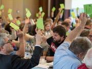 Abstimmung an der Delegiertenversammlung der Grünliberalen am Samstag in Spiez. (Bild: Keystone/PETER SCHNEIDER)