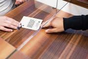 Ein Ausländerausweis B wird auf dem Gemeindeschalter ausgehändigt. Bild: Christian Beutler/Keystone (Glattfelden, 22. Januar 2015)