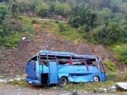 Der Unglücksbus stürzte 20 Meter einen Abhang hinunter. 13 Passagiere waren auf der Stelle tot. (Bild: KEYSTONE/EPA BULGARIAN GOVERNMENT/BULGARIAN MINISTRY OF INTERIOR)