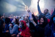 Im Ausnahmezustand: Die Fans lassen sich von den Toten Hosen mitreissen. (Bild: Corinne Glanzmann)