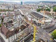 Die Sperrung des Bahnhofplatzes in Zürich wurde am frühen Sonntagmorgen nach dem heftigen Gebäudebrand am Vortag wieder aufgehoben. (Bild: KEYSTONE/ENNIO LEANZA)