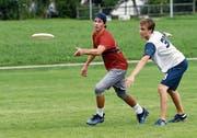 Die Jugendlichen schenkten sich an der Junioren Schweizermeisterschaft im Ultimate Frisbee nichts. (Bild: Werner Schelbert (25. August 2018))