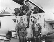 John S. McCain III (rechts unten) posiert mit seinen Kollegen aus der Navy beim Training im Jahr 1965. (EPA/LIBRARY OF CONGRESS HANDOUT)